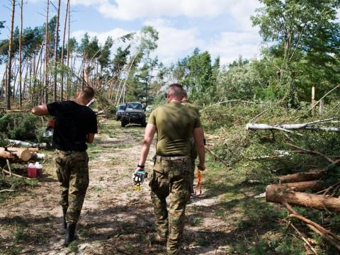 Członkowie stowarzyszenia sip Tuchola, wracają z akcji niesienia pomocy ofiarom wiatrołowmów